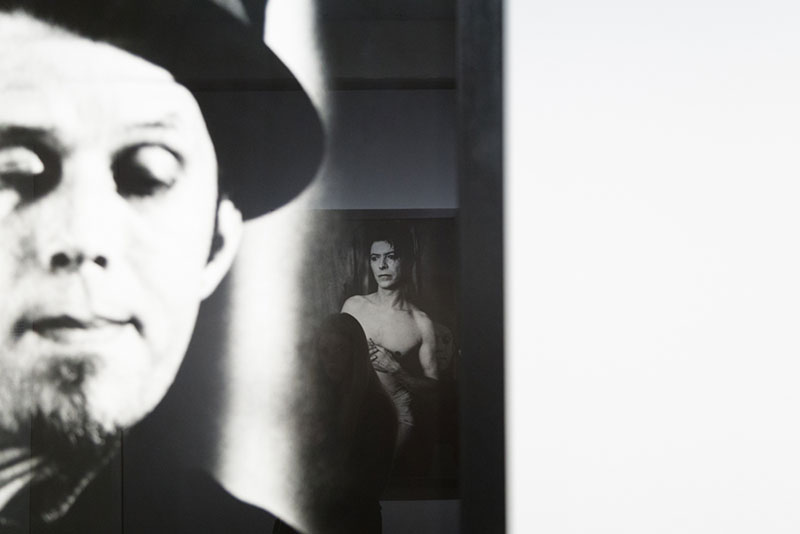 Expo Anton-Corbijn: Reflet du portrait de Bowie dans la Photo de Tom Wait Photo Didier Laget