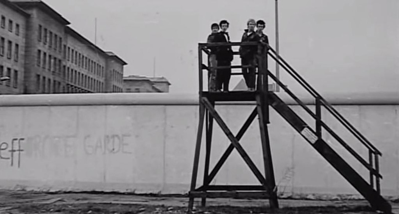 The-Sex-Pistols-in-front-of-the-Berlin-wall-1977 Photo DR