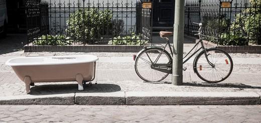 baignoire dans la rue avec mon vélo - Photo Didier Laget