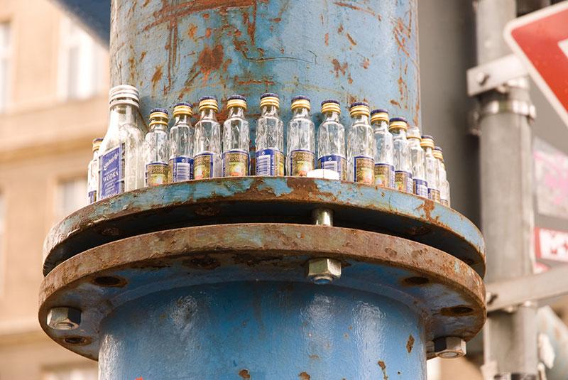 bouteilles sur un tuyau bleu A berlin - Photo copyright Didier Laget