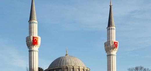 Drapeau turc sur mosquée - Photo copyright Didier Laget