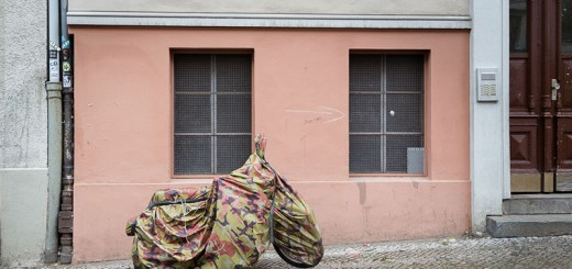 moto-camouflage A berlin – Photo copyright Didier Laget
