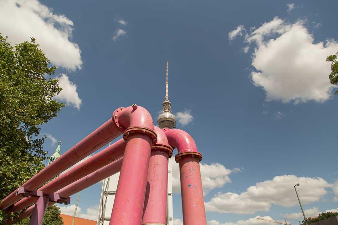 Tuyau rose de Berlin devant la Tour de TV