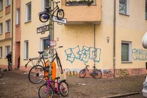 Vélos attachés à un lampadaire - Photo Didier Laget